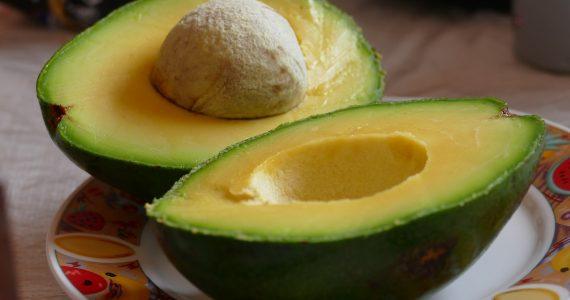 Insalata con avocado, sedano, pompelmo rosso.